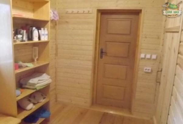 Вагонка в комнате отдыха покрыта лаком
