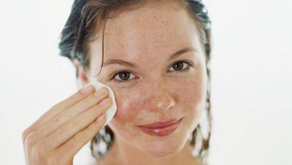 Женщина вытирает лицо ватным диском